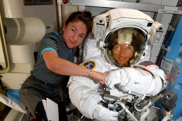 """ג'סיקה מאיר (משמאל) וכריסטיאנה קוך בתחנת החלל הבינלאומית. בקרוב השתיים יעשו היסטוריה. קרדיט: נאס""""א"""