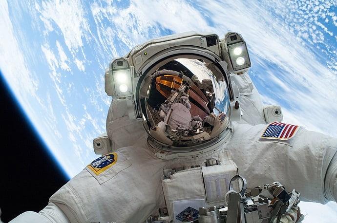 """אסטרונאוט נאס""""א מייק הופקינס בהליכת חלל מחוץ לתחנת החלל הבינלאומית ב-2013. קרדיט: נאס""""א"""