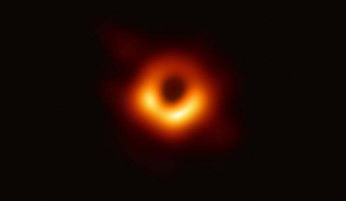 התמונה הראשונה של חור שחור, שפורסמה ב-2019. צילום: ESO ו-EHT