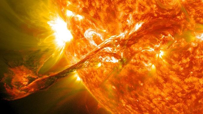 """התפרצות סולארית שצולמה ב-2012 על ידי החללית סולאר דיינמיקס אובזורבטורי. קרדיט: נאס""""א"""