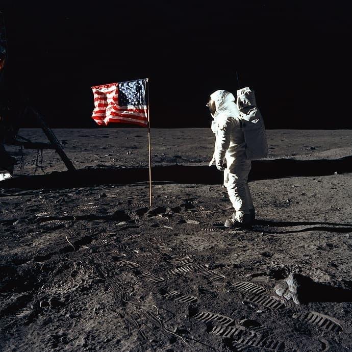 אולדרין יכול להתנחם בעובדה שהוא מככב בכל התמונות המפורסמות מהנחיתה, שכן ארמסטרונג הביישן היה רוב הזמן מאחורי המצלמה. קרדיט: NASA