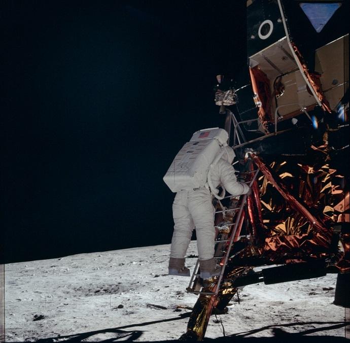באז אולדרין, עושה כאן את הצעד הראשון שלו על הירח