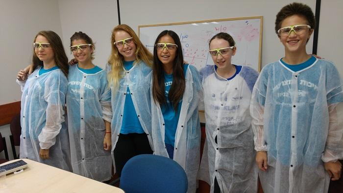 תלמידי אורט קרית מוצקין עובדים במעבדת תארו על הניסוי שלהם | אלירן אביטל