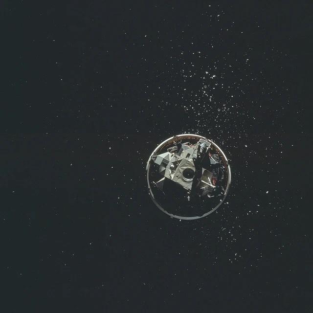 """רכב הנחיתה הירחי, המכונה """"הנשר"""", ניתק מהשלב האחרון של משגר הסטורן 5"""