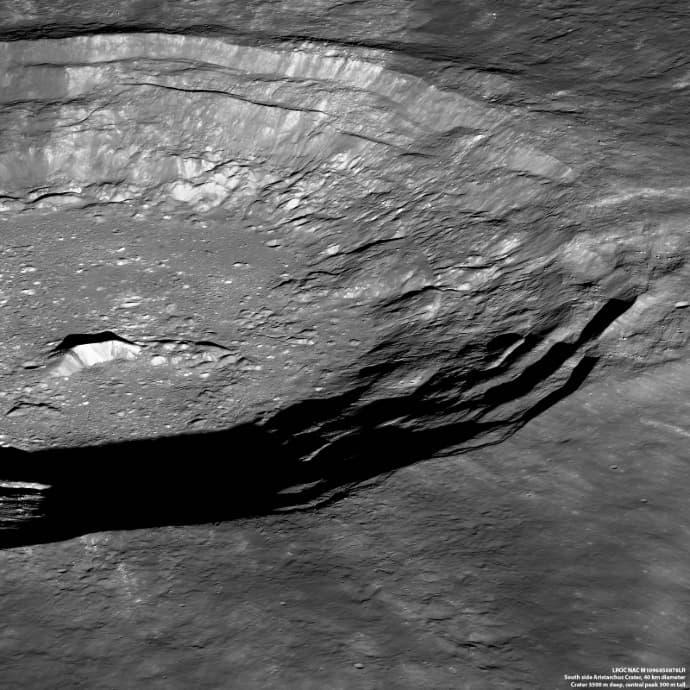 """מכתש אריסטרכוס העצום, שרוחבו כמו המרחק מים המלח לים התיכון. צולם מגובה 135 ק""""מ. קרדיט: NASA/GSFC/Arizona State University"""