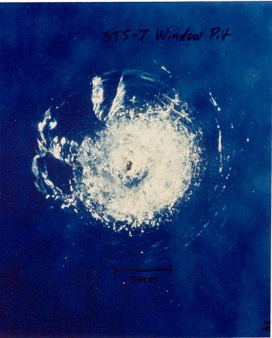 מכתש פגיעה בחלון תחנת החלל הבינלאומית במהלך משימה STS-7 משנת 1983 | צילום: NASA