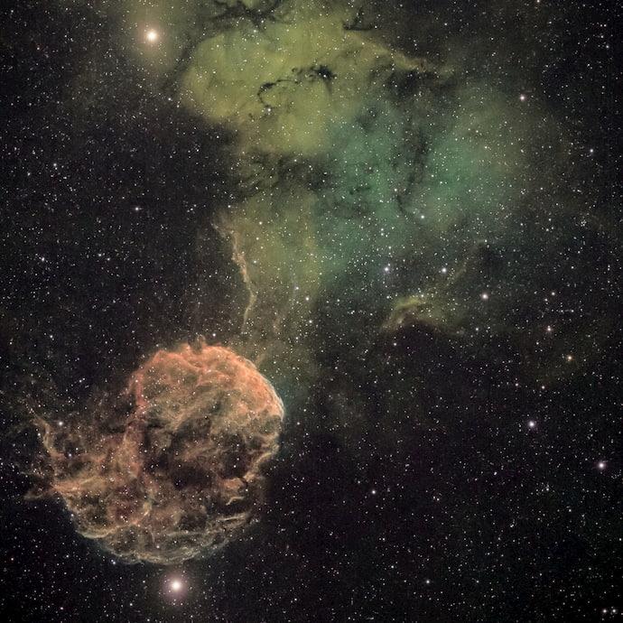 ערפילית המדוזה נמצאת בין שני כוכבים בהירים בקבוצת תאומים.