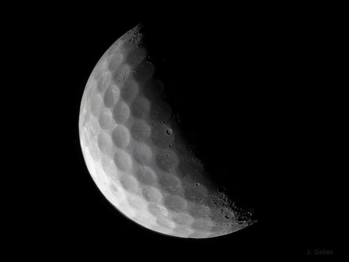 הירח ככדור גולף