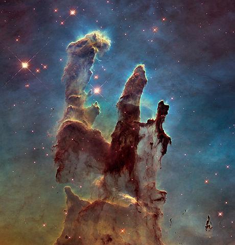 עמודי הבריאה בערפילית הנשר. אחת התמונות האיקוניות של האבל | NASA, ESA, STScI/AURA)