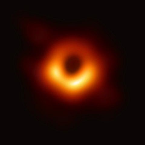 התמונה הראשונה בהיסטוריה של חור שחור: החור השחור העל-מסיבי, במסה של כ-7 מיליארד שמשות, במרכז הגלקסיה M87. קרדיט: Event Horizon Telescope