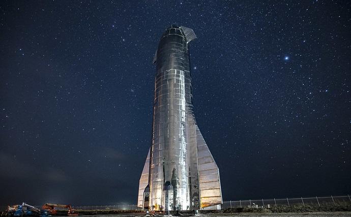 הסטארשיפ של ספייס אקס על כן השיגור. האם היא תישא שני אסטרונאוטים לירח בעוד ארבע שנים? קרדיט: SpaceX