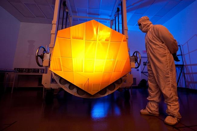 מקטע מהמראה המצופה זהב של הטלסקופ ג'יימס ווב |  Drew Noel