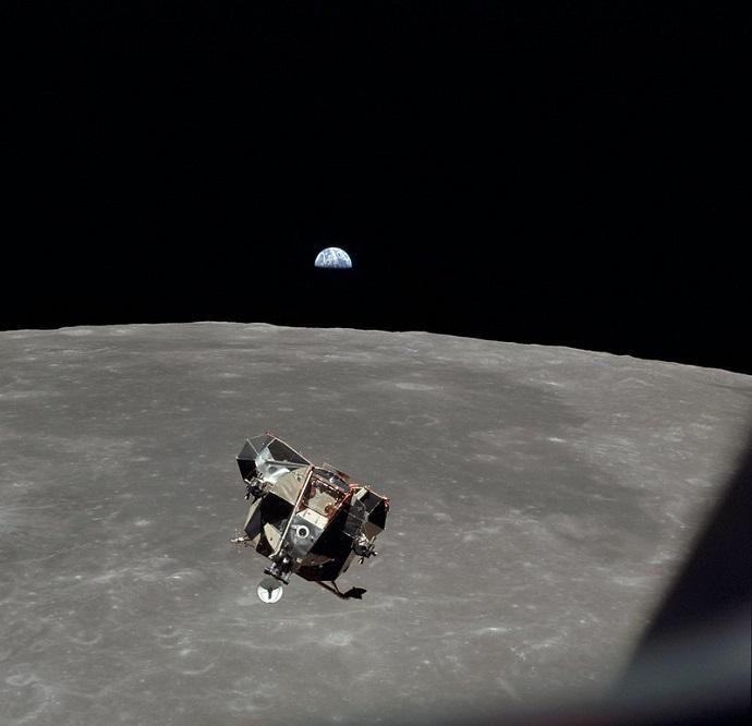 """""""הנשר"""", רכב הנחיתה הירחי מתוצרת גראמן, נושא את ניל ארמסטרונג ובאז אולדרין חזרה לתא הפיקוד """"קולומביה"""". קרדיט: NASA"""