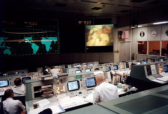 לפני: מרכז הבקרה ביוסטון דקות לפני הפיצוץ. על המסך ניתן לראות את הייז במהלך השידור החי – שלא שודר באף ערוץ בטלוויזיה. קרדיט: NASA