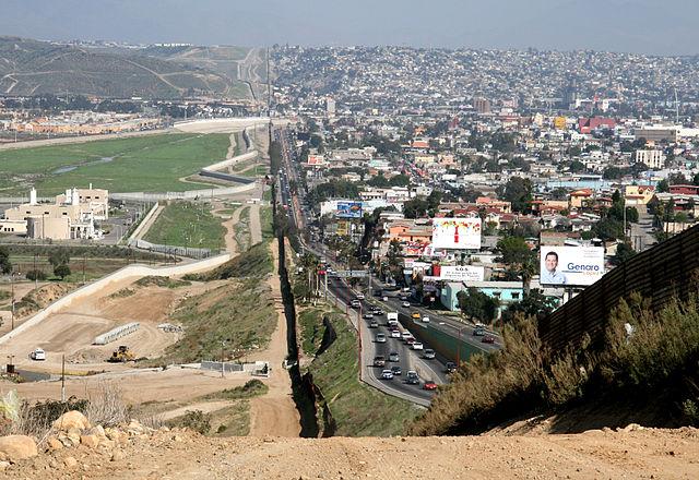 """הגבול בין טיחואנה, מקסיקו (מימין), לבין סאן דיאגו, ארה""""ב ב- 2007"""