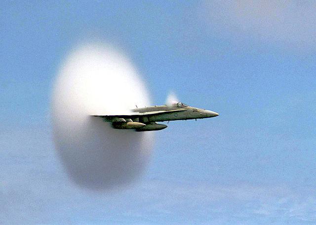 """מטוס קרב שובר את מהירות הקול- 1234.8 קמ""""ש"""