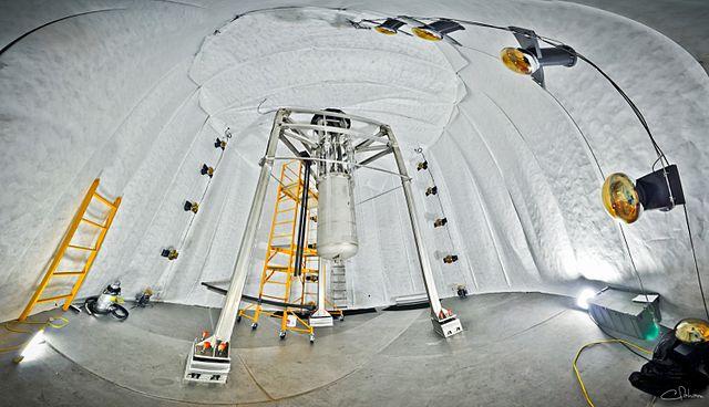 """ניסוי תת-קרקעי לגילוי חומר אפל. בתוך מכל של 250,000 ליטר מים, 370 ק""""ג קסנון נוזלי ממתינים שחומר אפל יפגע בהם. צילום: Gigaparsec"""