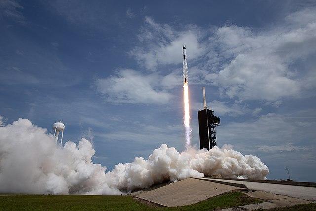 בנקן והארלי ממריאים לחלל בדרגון 2, על גבי משגר הפאלקון 9, ב-30 במאי. קרדיט: NASA/Joel Kowsky