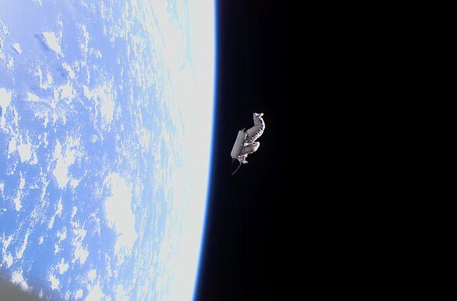חליפה בחלל