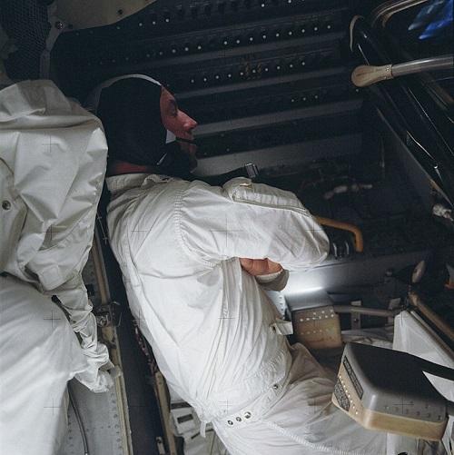 לוול מנסה לישון בחללית הקפואה. קרדיט: Jack Swigert / NASA