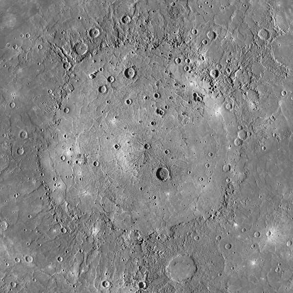 """אגן הפגיעה קלוריס הוא מהגדולים במערכת השמש, עם שטח של 1.7 מיליון קמ""""ר – בערך כשטחה של מדינת אלסקה. קרדיט: נאס""""א"""