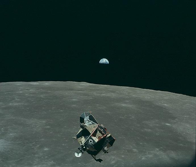"""""""הנשר"""" ממריא חזרה מהירח, וברקע כדור הארץ. את התמונה צילם קולינס מחלון הקולומביה. קרדיט: NASA"""