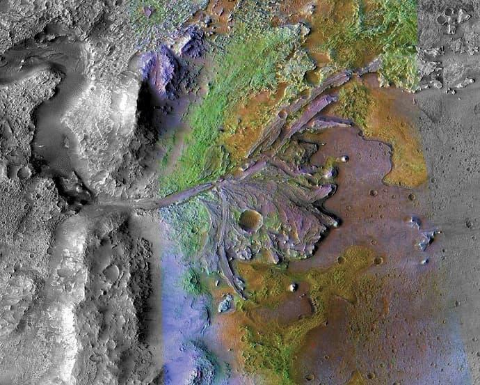 הדלתה הנפרשת אל האגם מימין. ניתן לראות את השינויים הכימיים להרכב הקרקע שנגרמו על ידי בליית מים. בירוק: החרסית המסקרנת. קרדיט: NASA/JPL/JHU-APL/MSSS/Brown University
