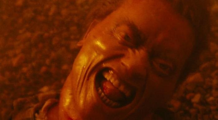 """ארנולד שוורצנגר נחנק למוות בסרט """"זיכרון גורלי"""". רצח או תאונה? קרדיט: Carolco Pictures"""