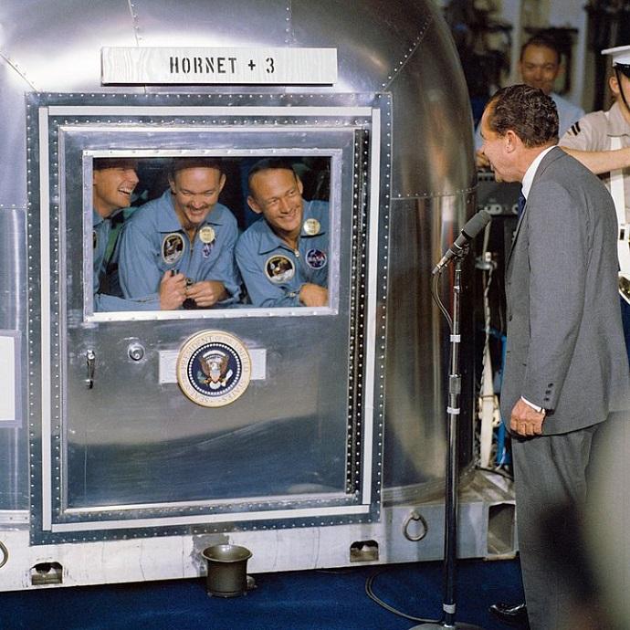 הנשיא ניקסון מבקר את צוות אפולו 11 במתקן הבידוד על סיפון ספינת החילוץ הורנט. מימין: אולדרין, קולינס וארמסטרונג. קרדיט: NASA