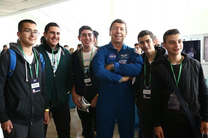 """האסטרונאוט מייקל באראט עם תלמידים שהשתתפו בתחרות ספייסלאב תשע""""ח"""
