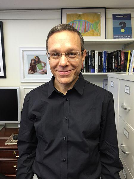 פרופ' לייב מאוניברסיטת הרווארד. מנסה להביא את חיפוש חיים תבוניים בכוכבי לכת למיינסטרים של קהילת האסטרונומיה. קרדיט: Aviloeb