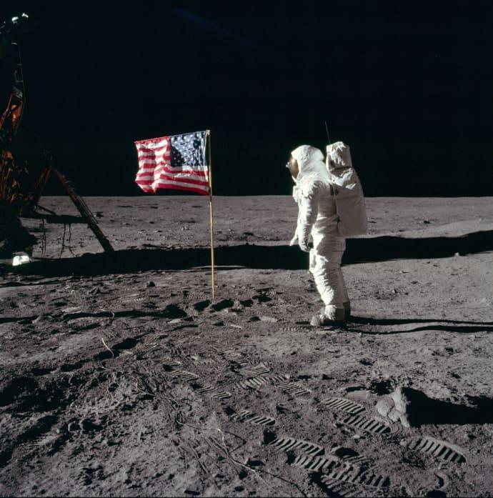 באז אולדרין מצדיע לדגל הפסים והכוכבים. נעיצתו ליד רכב הנחיתה הירחי לא הייתה רעיון כל כך טוב, מתברר. קרדיט: NASA