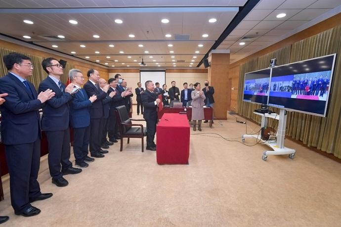 נציגי מינהל החלל הסיני ובשיחת וידאו נציגי רוסקוסמוס בעת חתימת המזכר. קרדיט: CNSA