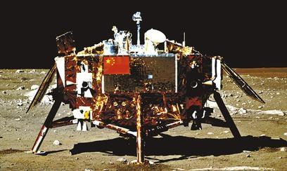נחתת סינית על אדמת הירח, כפי שצולמה על ידי רובר סיני ב-2013. קרדיט: CNS