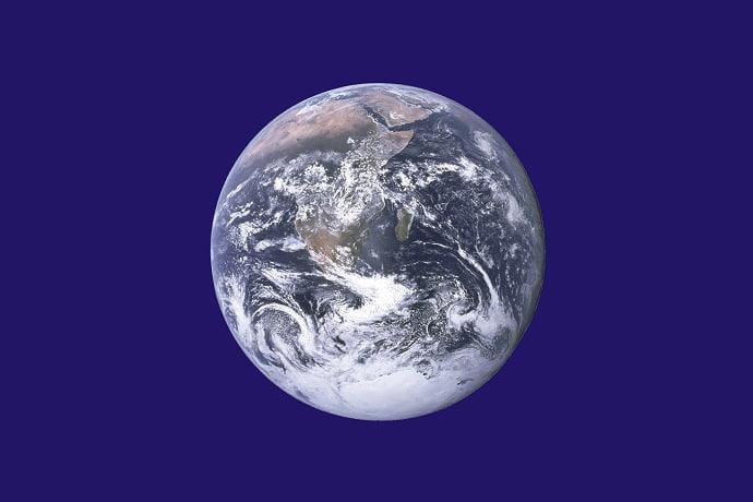 """דגל יום כדור הארץ, בעיצובו המקורי של ג'ון מקונל, משתמש בתמונת """"הגולה הכחולה"""" שצולמה במשימת אפולו 17, על רקע חלל כחול. קרדיט: NASA"""