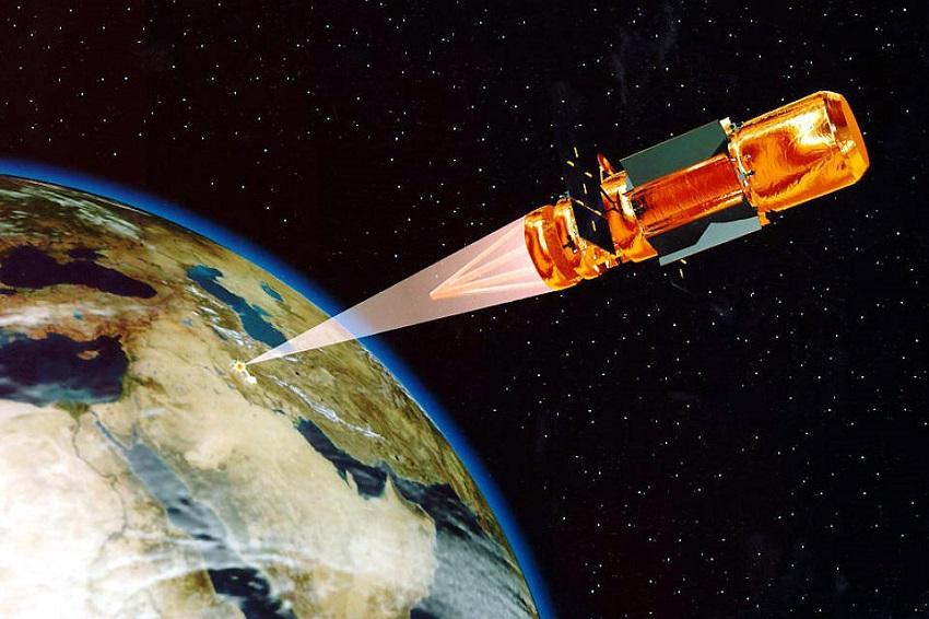 הדמיה קונספטואלית של לוויין בעל לייזר באנרגיה גבוהה המשמיד מטרה קרקעית במזרח התיכון | משרד ההגנה האמריקאי; Wikimedia