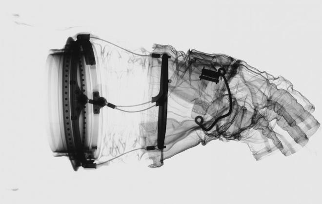 כפפת החליפה של הריסון שמידט ממשימת אפולו 17 לירח | צילום: Mark Avino/Smithsonian Institution