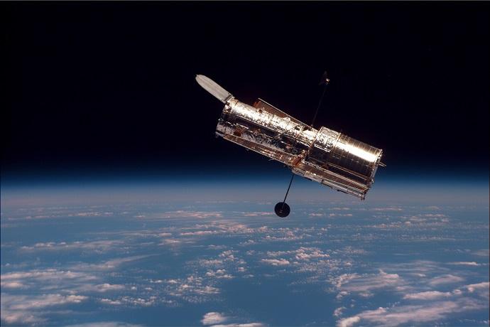 טלסקופ החלל האבל, שנקרא על שם אדווין האבל, כפי שצולם ממעבורת החלל דיסקברי ב-1977. קרדיט: NASA