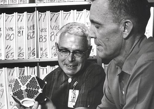 ארגו הארולד עם ג'יימס קון ומודל לוויין | צילום: Los Alamos National Laboratory