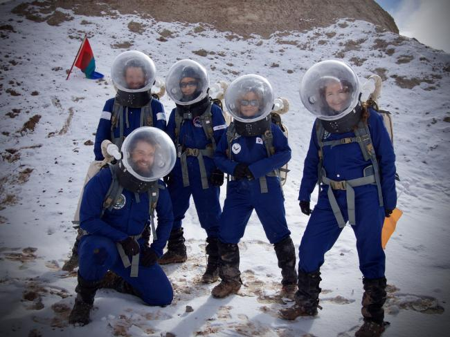 צוות המחקר במדבר המושלג | צילום: Niamh Shaw and Michaela Musilova