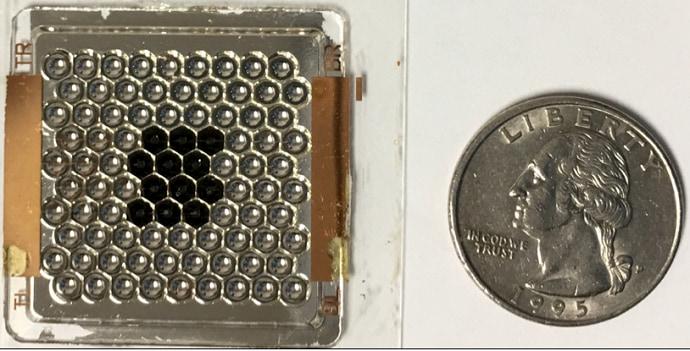 האבטיפוס שיישלח לתחנת החלל הבינלאומית בהשוואה למטבע. התאים השחורים הם התאים שכבר הורכבו על המערך. קרדיט: אוניברסיטת בן גוריון
