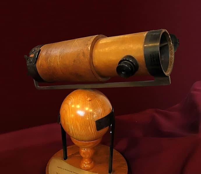 העתק טלסקופ האור שניוטון הציג לחברה המלכותית של לונדון ב-1672. קרדיט: Andrew Dunn