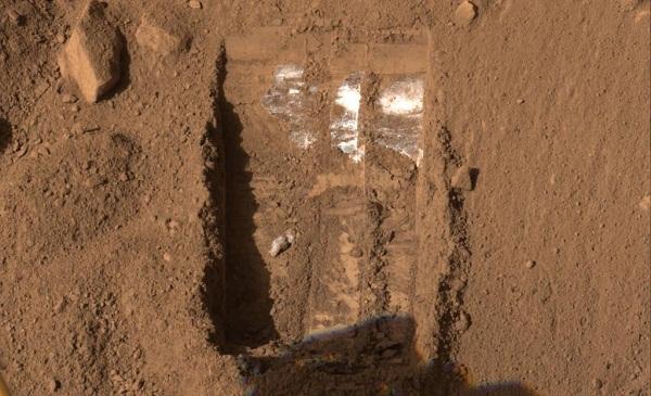 סימני הקרח שהתגלו על ידי פיניקס בשנת 2008. תצלום: NASA