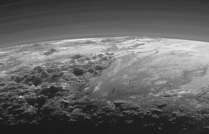 """שכבות האטמוספרה (למעלה), ההרים (משמאל) ומישורי המתאן הקפוא (מימין) בתמונה מרהיבה של ניוז הורייזונס. קרדיט: נאס""""א"""