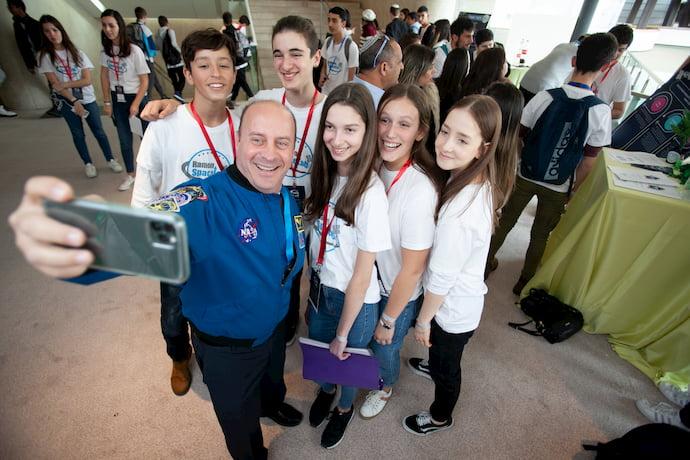 האסטרונאוט לשעבר גארת רייזמן עם קבוצת התלמידים הזוכים