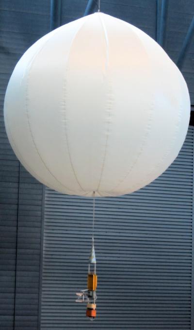 דגם הבלונים הסובייטיים ממשימת Vega. הבלונים הפסיקו לשדר רק כשאזלה להם הסוללה – לאחר כיומיים בשמי נוגה. קרדיט: Geoffrey.landis