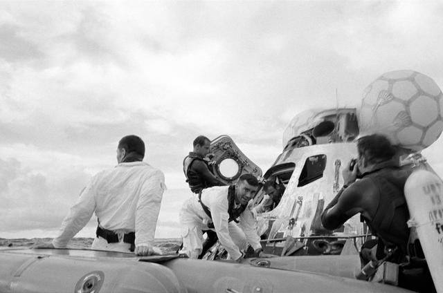 חילוץ צוות אפולו 13 לאחר הנחיתה במי דרום האוקיינוס השקט. קרדיט:NASA