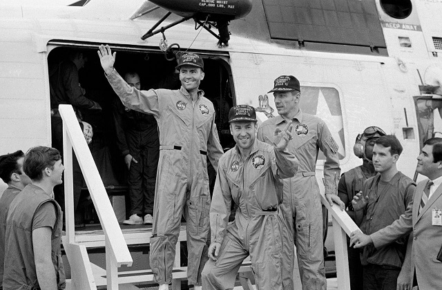 לוול, הייז וסוויגרט על סיפון ספינת החילוץ איוו ג'ימה. קרדיט: NASA