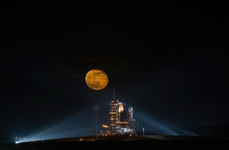 ירח מעל מעבורת החלל אנדבור | צילום: NASA/Bill Ingalls