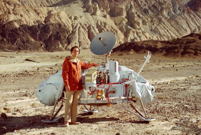 קרל סייגן המנוח ליד מודל של הנחתת ויקינג. קרדיט: JPL